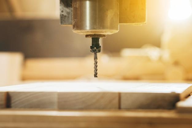 La perforatrice cnc sta lavorando il legno