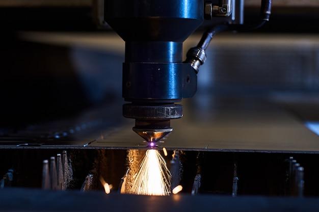 Taglio laser cnc di metallo da vicino, moderna tecnologia industriale. piccola profondità di campo