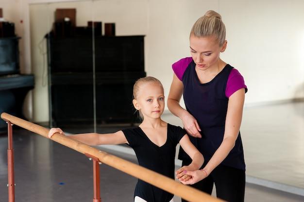 L'allenatore insegna balletto alla ragazza