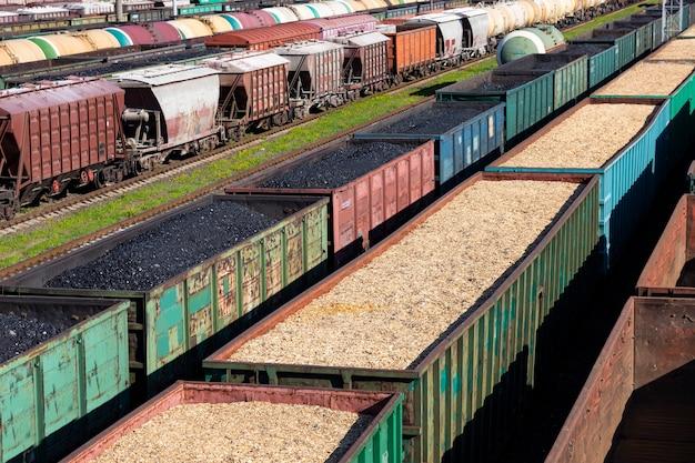 Carri a carbone, trucioli di legno e segatura sul treno. il riscaldamento globale. produzione di energia.