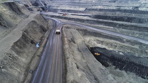 Miniera di carbone, vista aerea. strada per la circolazione di camion da miniera.