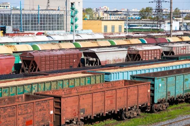 Carri per il carbone, carri con trucioli e segatura, carri vuoti come parte di un treno. il riscaldamento globale. produzione di energia.