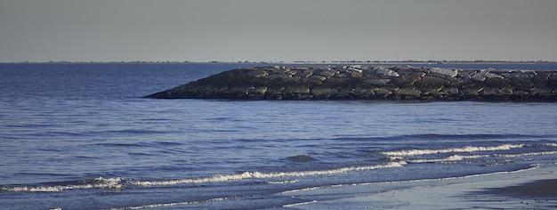 Paesaggio del mare della costa, immagine banner con spazio di copia