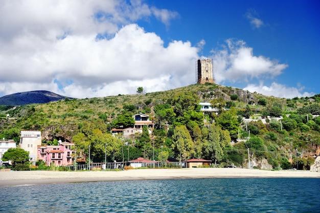 Costa del mar tirreno. spiaggia e porto di marina di camerota, italia