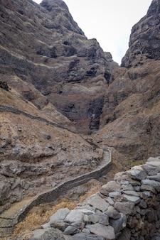 Sentiero costiero nell'isola di santo antao, capo verde, africa