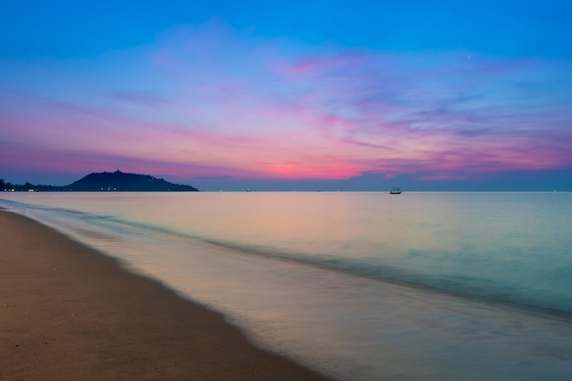 Onde costiere di acqua limpida nella spiaggia sabbiosa del golfo di thailandia a ban krut prachuap khiri khan