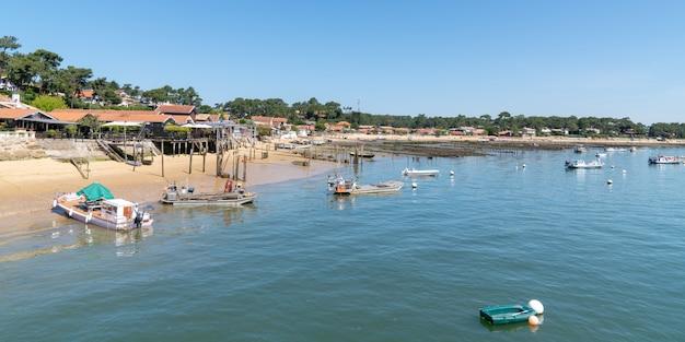Linea costiera della baia di arcachon nel villaggio di le canon in cap ferret francia