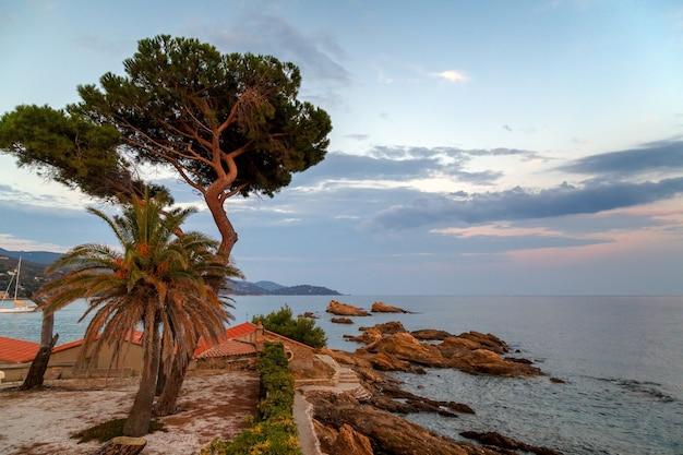 Costa in le lavandou pietra ecologica sentiero per la spiaggia st clair var costa azzurra provenza francia