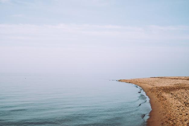 Costa e mare nel giorno d'estate