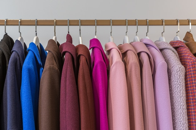 Cappotti e giacche su grucce in un negozio