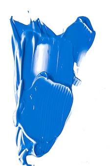 Struttura cosmetica di bellezza blu cobalto isolata su fondo bianco sbavature di trucco o cosmetici p...