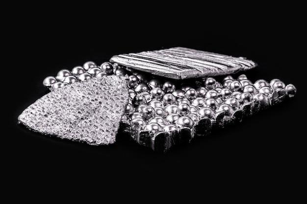 Minerale di cobalto, un elemento chimico metallico correlato al ferro e al nichel. utilizzato nell'industria. per creare sostanze chiamate leghe.