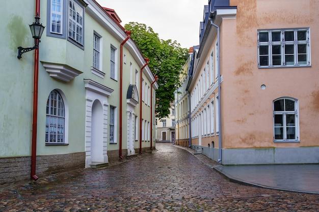 Vicolo acciottolato con pozzanghere dopo la pioggia a tallinn estonia.