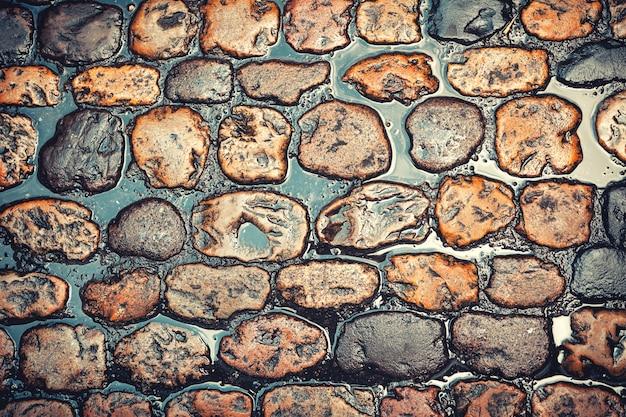 Strada di ciottoli texture dopo la pioggia