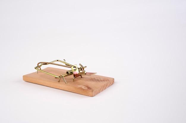 Trappola per topi in legno armato senza esca, visto in primo piano isolato su priorità bassa bianca.grande trappola per topi in legno.foto ad alta risoluzione.