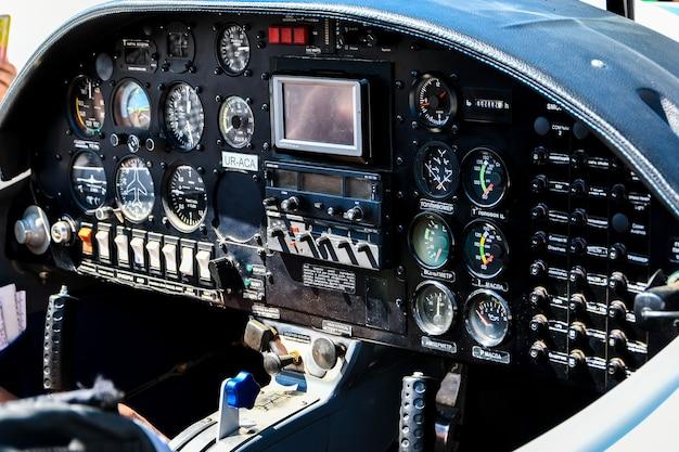 Cabina di pilotaggio di un aeroplano. all'interno della cabina di pilotaggio di un aeroplano, cabina di pilotaggio di piccoli aeroplani