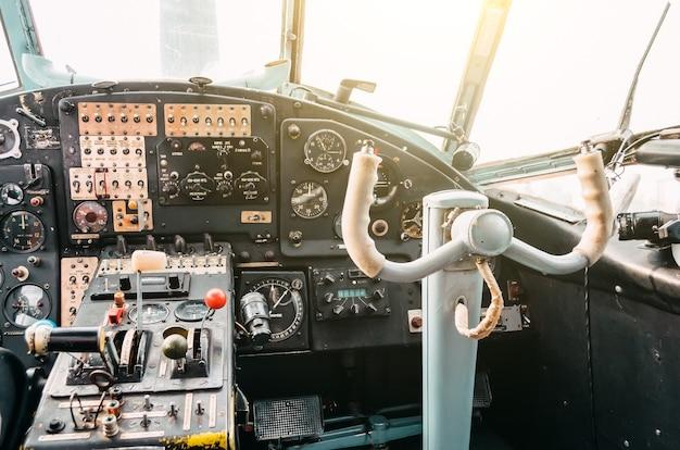 La cabina di pilotaggio del pilota del vecchio aereo a turboelica del biplano, il volante.