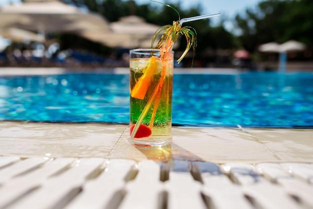 Cocktail contro il blu della piscina