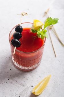 Cocktail bloody mary con ghiaccio, sale e snack in vetro