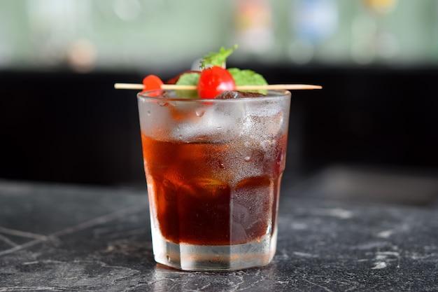 Cocktail al bancone del bar
