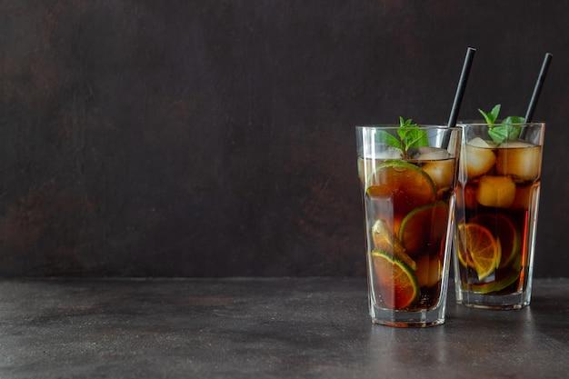 Cocktail cuba libre con calce e ghiaccio. rum e cola bevande alcoliche. bar. ristorante.