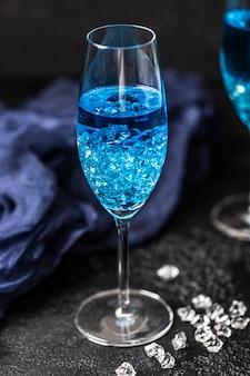 Bicchiere da cocktail con le hawaii blu. cocktail alcolico hawaiano blu