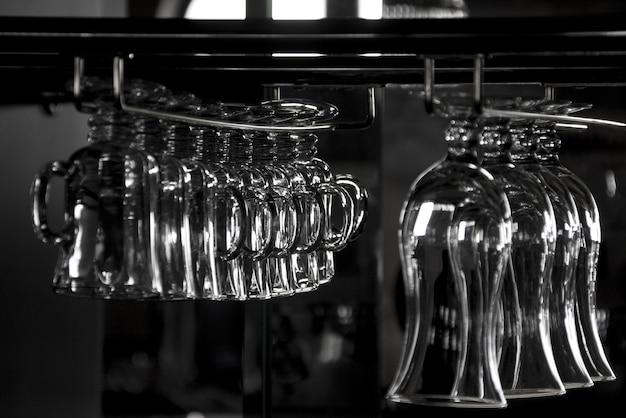 Bicchieri da cocktail in rack. in b/n
