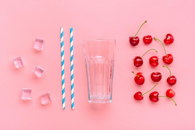 Ingredienti cocktail sul tavolo rosa