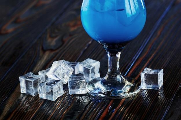Il cocktail è pronto. sul tavolo di legno del night club.