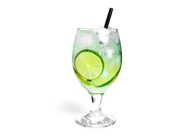 Cocktail isolato su uno sfondo bianco