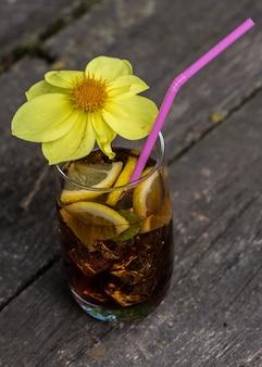 Cocktail sul vecchio tavolo di legno all'aperto