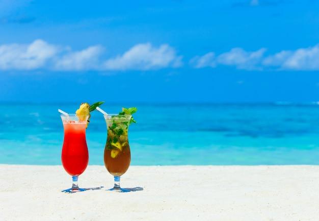 Cocktail con sfocatura spiaggia, concetto di vacanza estiva