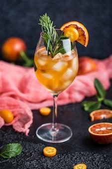 Cocktail con succo d'arancia e cubetti di ghiaccio. bicchiere di aranciata
