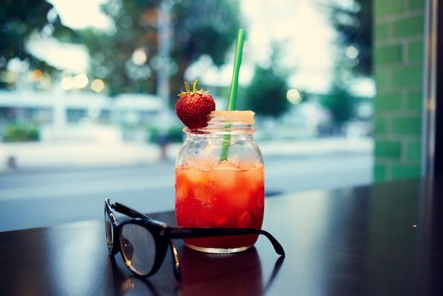 Cocktail con una comunicazione estiva del ristorante per il tempo libero del primo piano della paglia