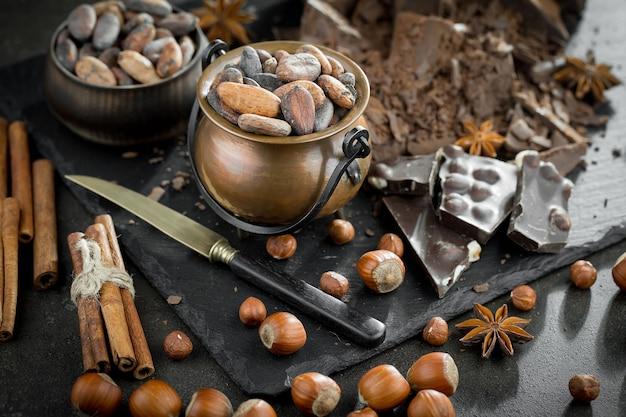 Le fave di cacao su un vecchio sfondo.