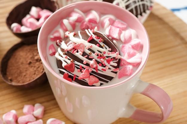 Le bombe al cacao sono gusci di cioccolato nero ripieni di cacao in polvere e marshmallow