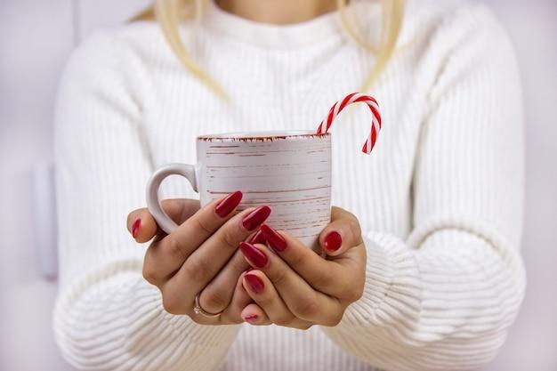 Checker del cacao nelle mani del nuovo anno. buon anno nuovo spirito. messa a fuoco selettiva