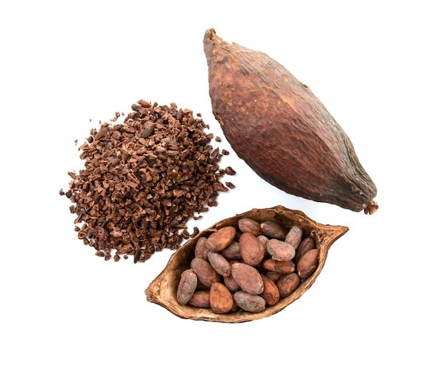 Baccelli del cacao e fave di cacao e polvere di cacao con le foglie isolate su fondo bianco