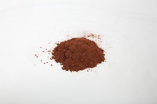 Cacao in polvere isolato su sfondo bianco