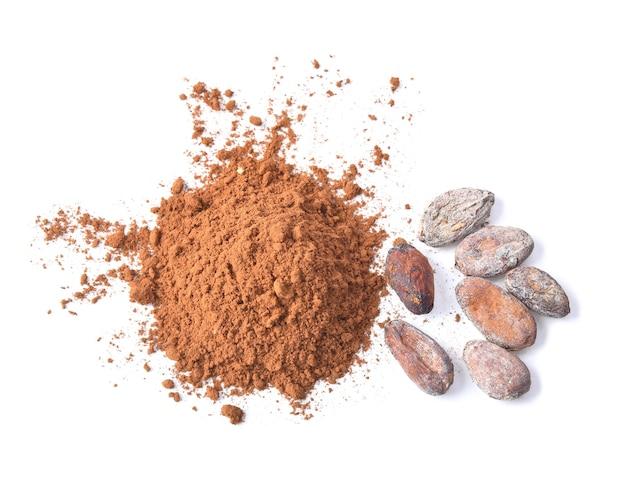 Cacao in polvere e semi isolati su sfondo bianco