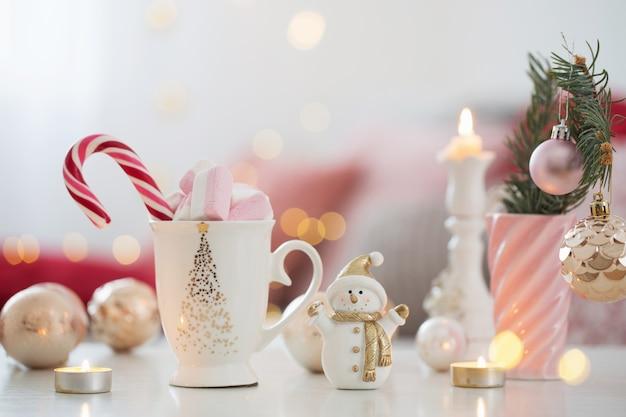 Cacao con marshmallow e decorazioni natalizie in rosa e oro col