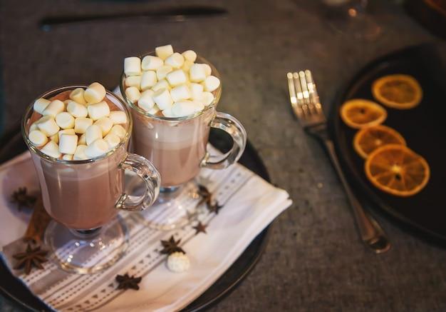 Cacao con marshmallow su sfondo natalizio messa a fuoco selettiva