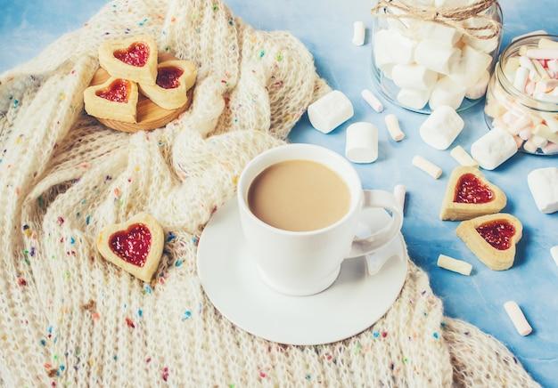Cacao con marshmallow e un cuore di biscotti. messa a fuoco selettiva