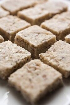 Burfi di cocco o nariyal barfi è una torta dolce servita in un piatto fuoco selettivo