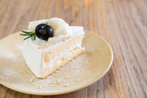 Torta al cocco sul piatto in caffetteria e ristorante