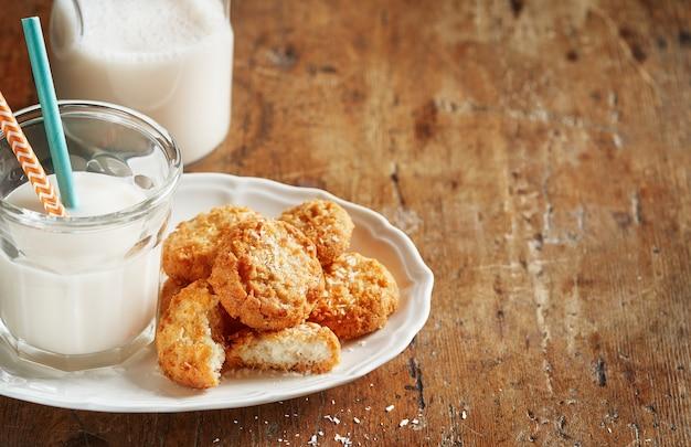 Biscotti al cocco con una bottiglia di latte di cocco
