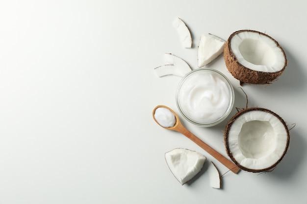 Noce di cocco e cosmetici bianchi, vista dall'alto