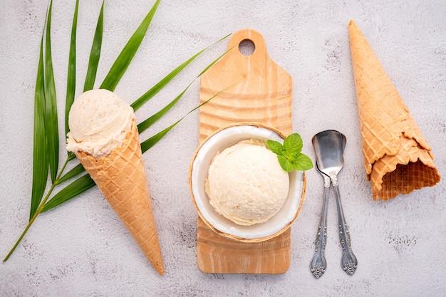 Gelato al cocco con cucchiai su un tavolo di cemento