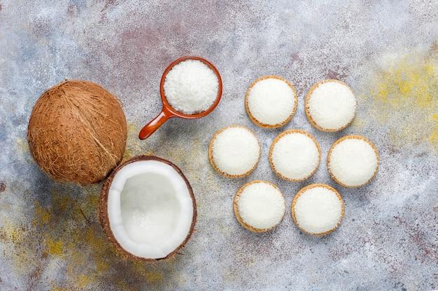 Biscotti della caramella gommosa e molle della noce di cocco con la mezza noce di cocco, vista superiore