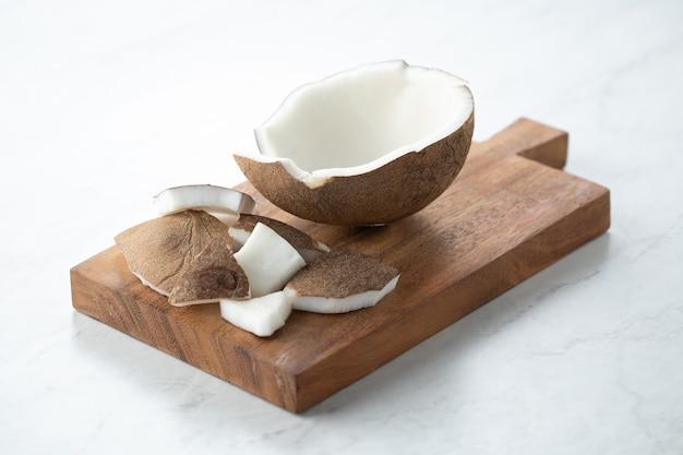 Latte di cocco sul tagliere latte vegano per cibo e dessert